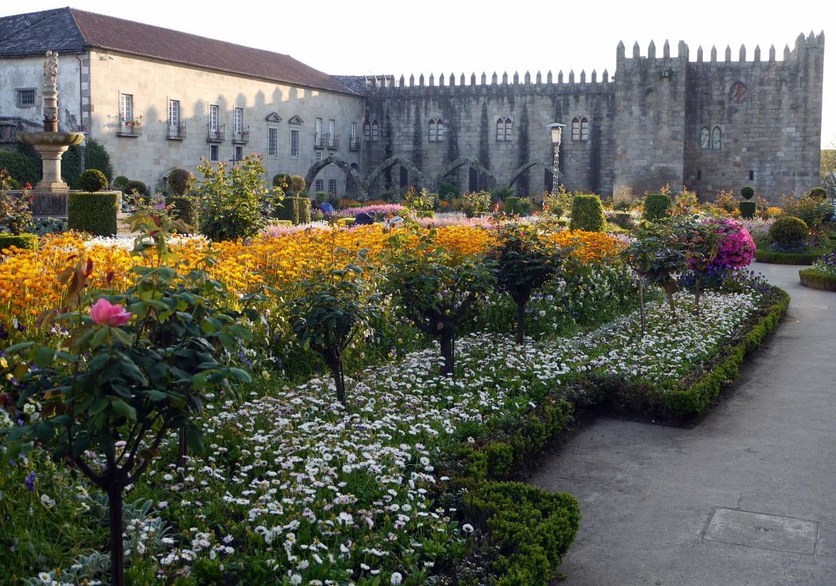 Braga - Kvetinové záhony pred biskupským palácom